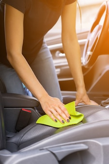 Hand met microfiber doek schoonmaak auto