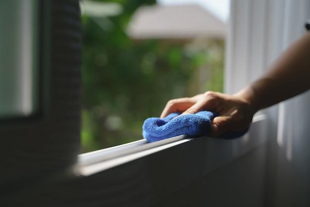 Hand met microfiber doek voor het reinigen