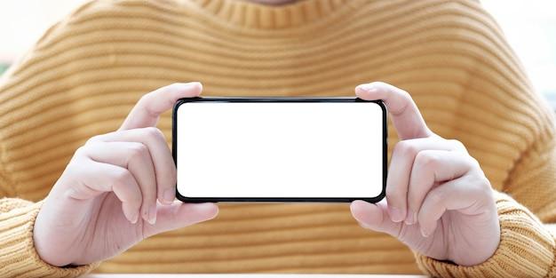 Hand met mobiele telefoon met leeg scherm