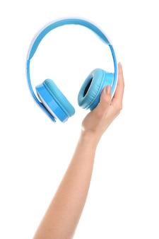 Hand met moderne koptelefoon op witte achtergrond