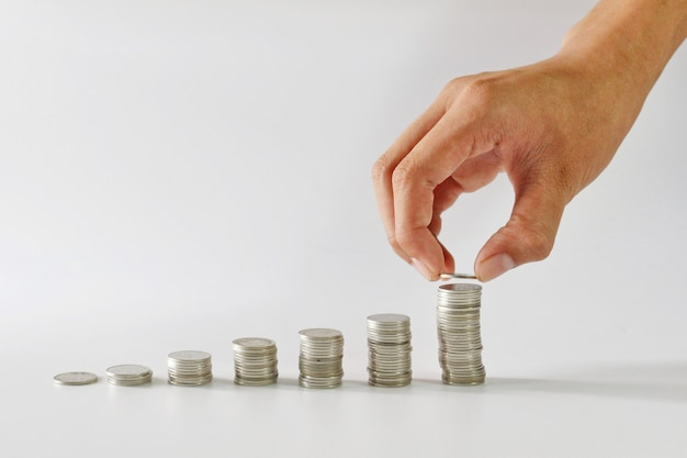 Hand met munt voor het opslaan van concept