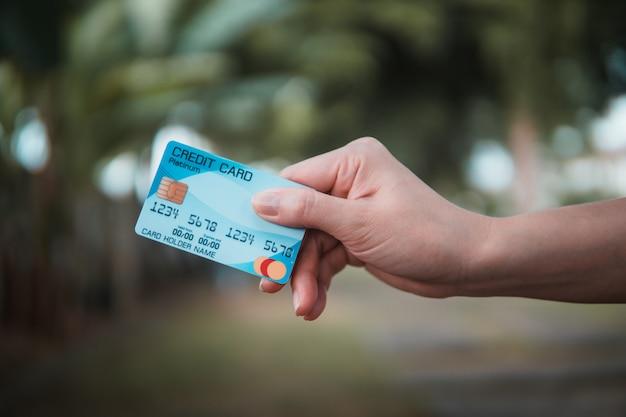 Hand met niet-geïdentificeerde plastic kaart