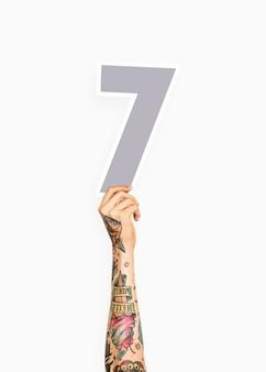 Hand met nummer zeven teken