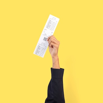 Hand met ontvangstbewijs voor winkelcampagne