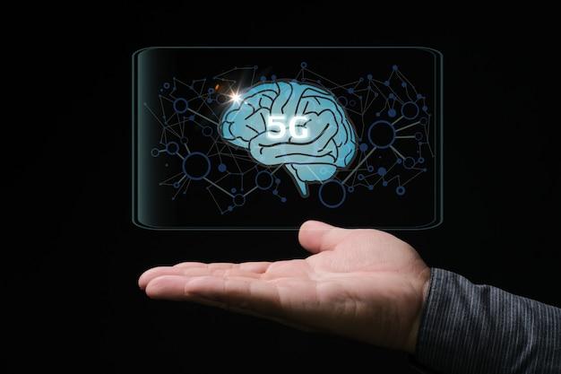 Hand met ontwerp van 5g-tekst op een brein op een donkere achtergrond
