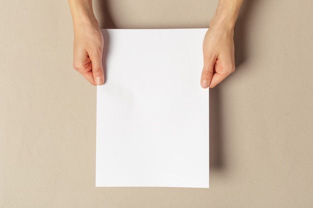 Hand met papieren a4-formaat