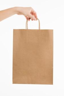 Hand met papieren zak