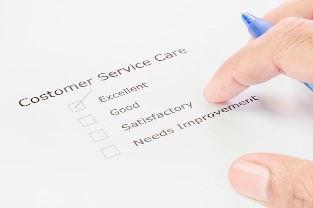 Hand met pen op aanvraagformulier klantenservice
