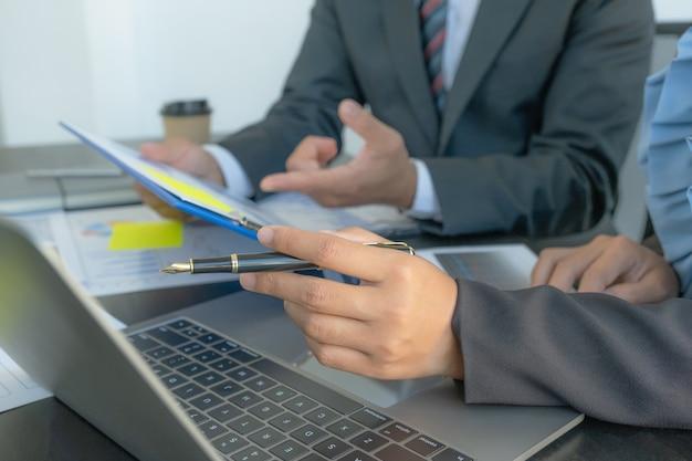 Hand met pen, zakenvrouwen en zakenlieden teamvergadering om strategieën te plannen om het bedrijfsinkomen te verhogen