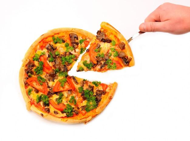 Hand met plak van een pizza