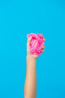 Hand met plastic zak op blauwe achtergrond