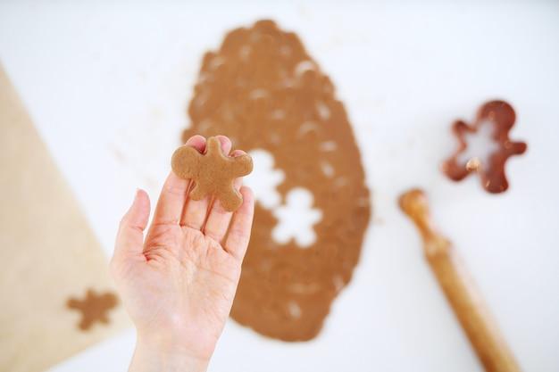 Hand met rauwe peperkoek man cookie