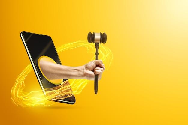 Hand met rechter hamer via een smartphone