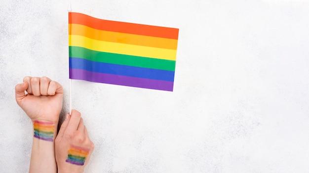 Hand met regenboog vlag verf