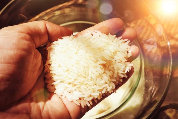 Hand met rijstkorrel