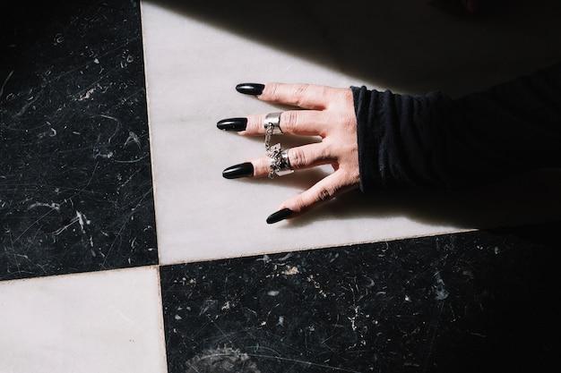 Hand met ringen en lange nagels