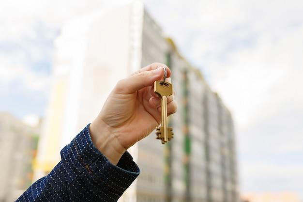 Hand met sleutels tot nieuw huis