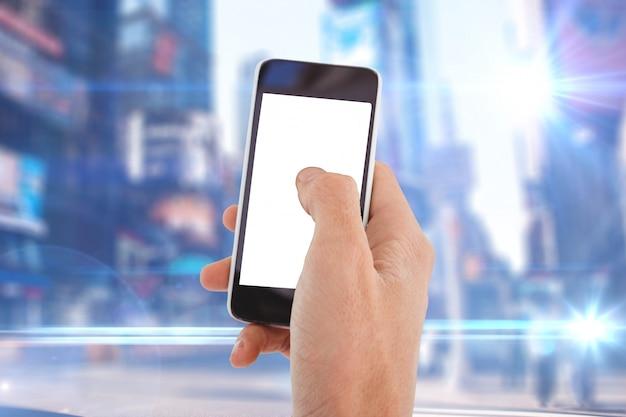 Hand met smartphone in de straat