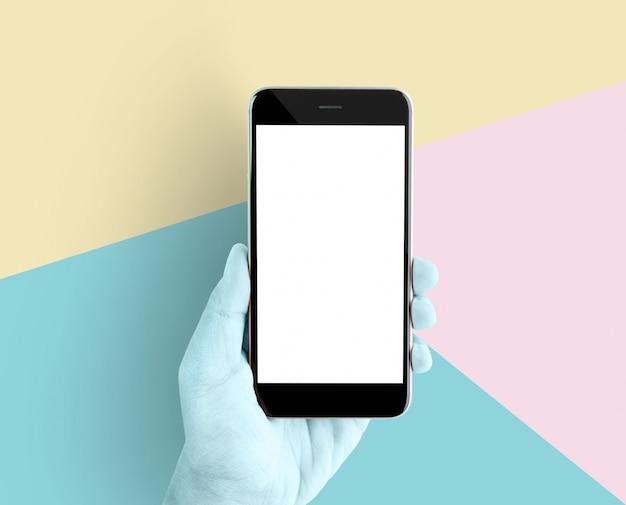 Hand met smartphone leeg scherm op pastel achtergrond