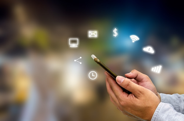 Hand met smartphone met pictogrammen concept.