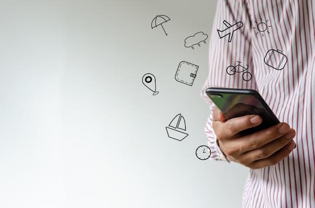 Hand met smartphone met pictogrammen reizen concept.