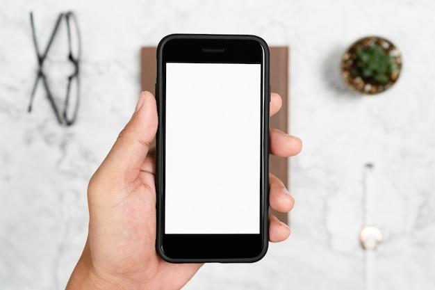 Hand met smartphone wit scherm voor mockup ontwerp of app-display