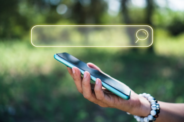 Hand met smartphone zoeken naar informatie op internet met zoekvakpictogram. copyspace. Premium Foto
