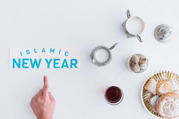 Hand met snoep voor islamitisch nieuwjaar