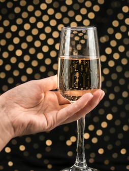 Hand met sprankelende champagne