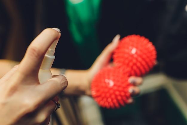 Hand met spray met wazig rode ballen