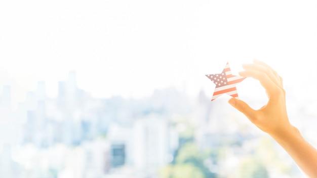 Hand met ster in amerikaanse vlagkleur