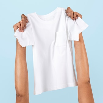 Hand met t-shirt kinderkleding