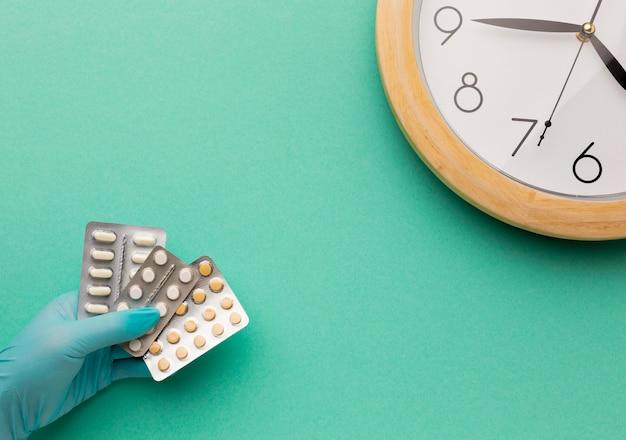 Hand met tabletten van pillen