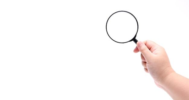 Hand met vergrootglas geïsoleerd op een witte achtergrond.