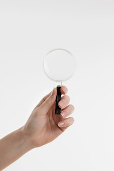 Hand met vergrootglas met kopie ruimte
