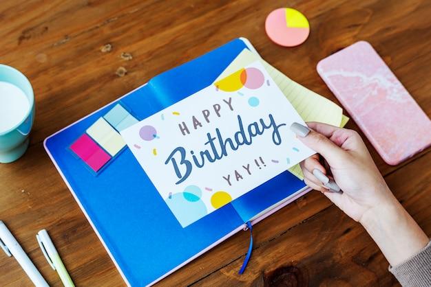 Hand met verjaardag wensen kaart