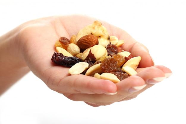 Hand met verschillende gedroogde vruchten
