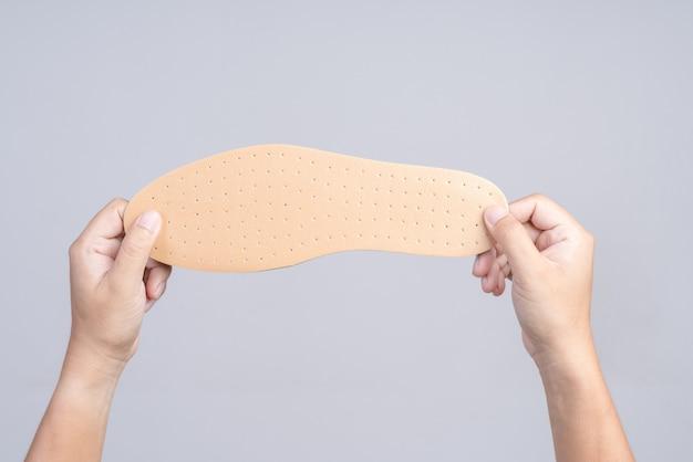 Hand met vervangende schoenzool
