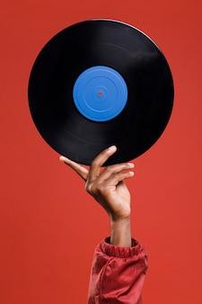 Hand met vinyl