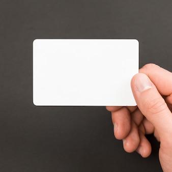 Hand met visitekaartje