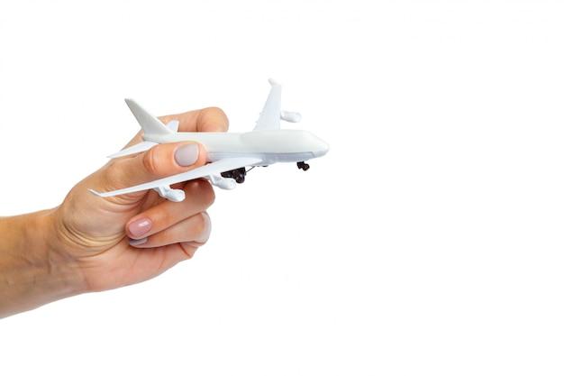 Hand met vliegtuig speelgoed model geïsoleerd op wit