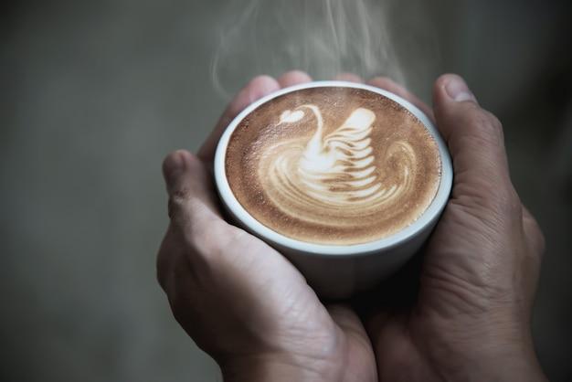Hand met warme koffiekopje