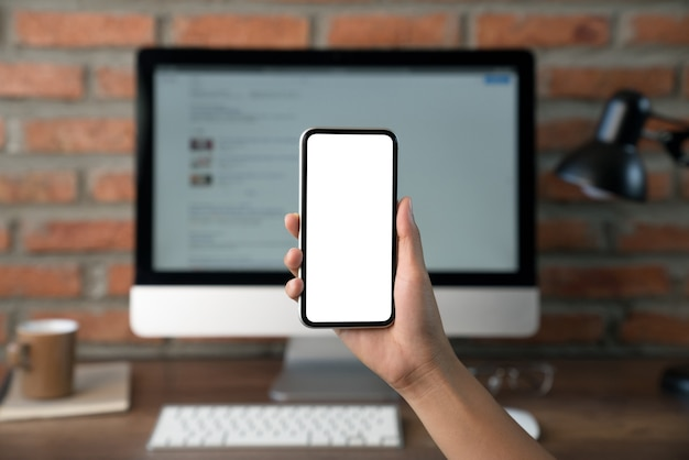 Hand met witte schermruimte op de telefoon voor app-ontwerp