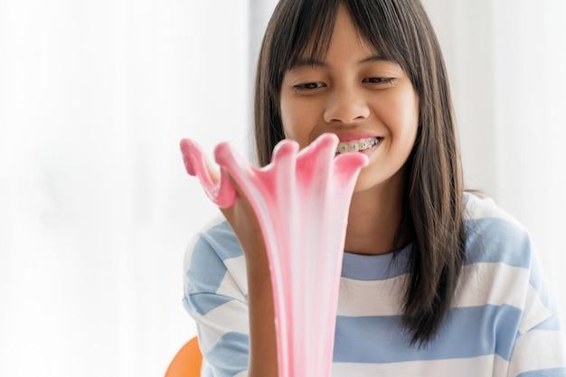Hand met zelfgemaakte speelgoed genaamd slijm, kinderen met plezier en creatief zijn door wetenschappelijk experiment