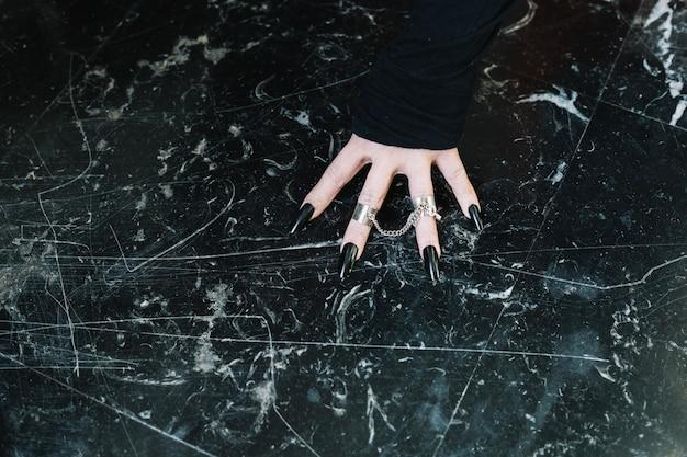 Hand met zilveren ringen
