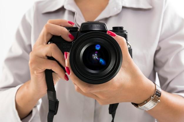 Hand met zwarte 135 filmcamera