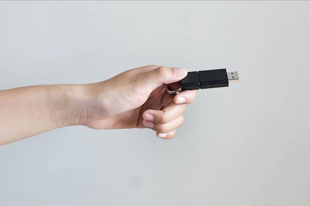 Hand met zwarte usb-stick