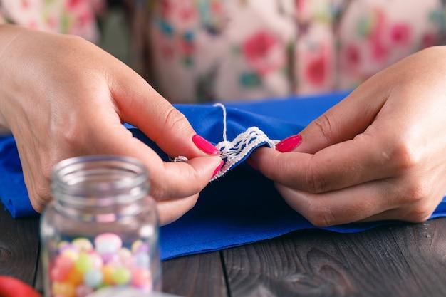 Hand naaien door vrouw