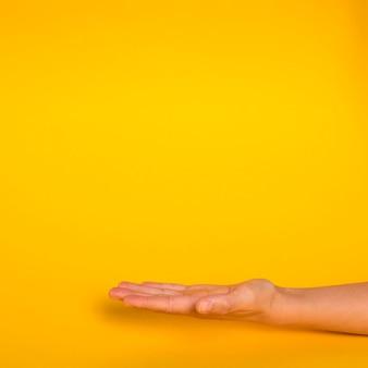 Hand naar boven met kopie ruimte