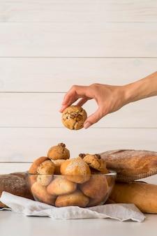 Hand nemen broodje uit kom